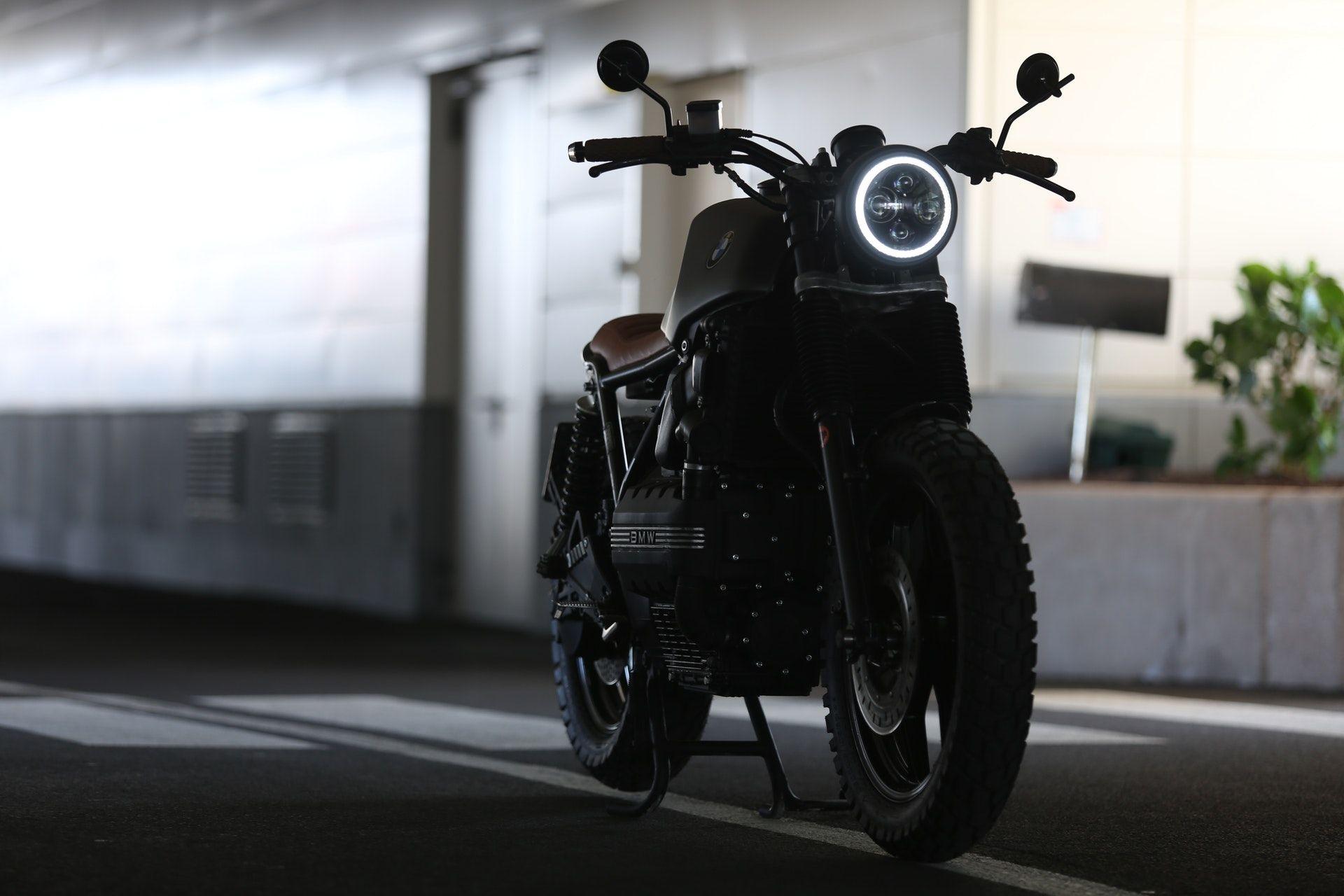 عکس زمینه موتورسیکلت پارک شده پس زمینه