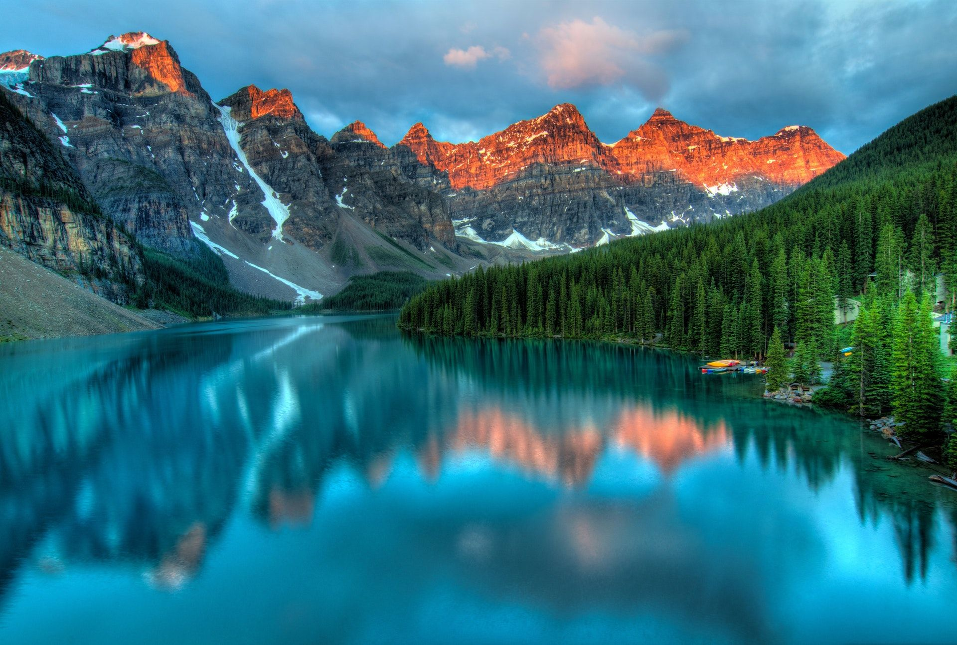 عکس زمینه کوه و دریاچه پس زمینه