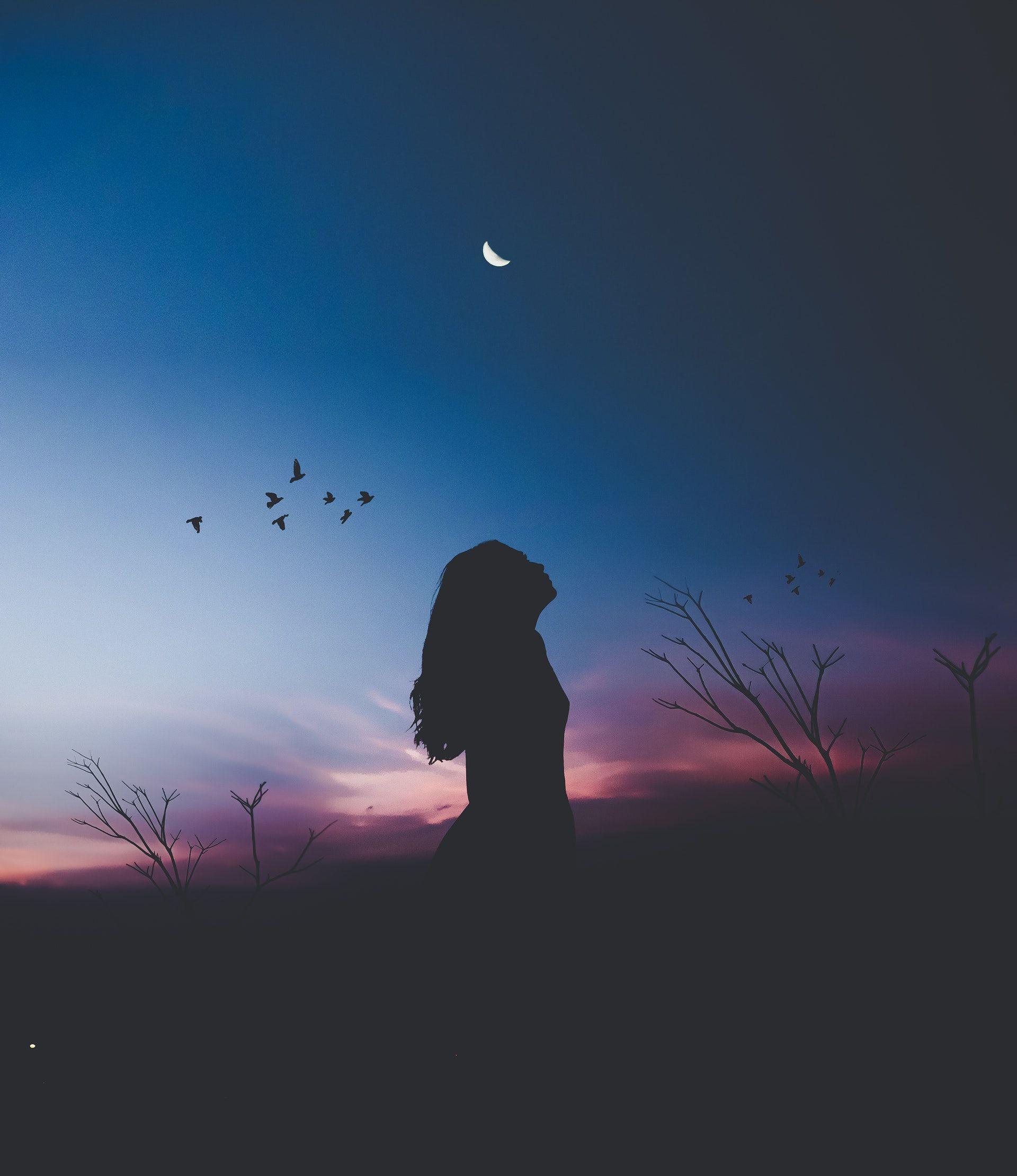 عکس زمینه زن ایستاده در تاریکی پس زمینه