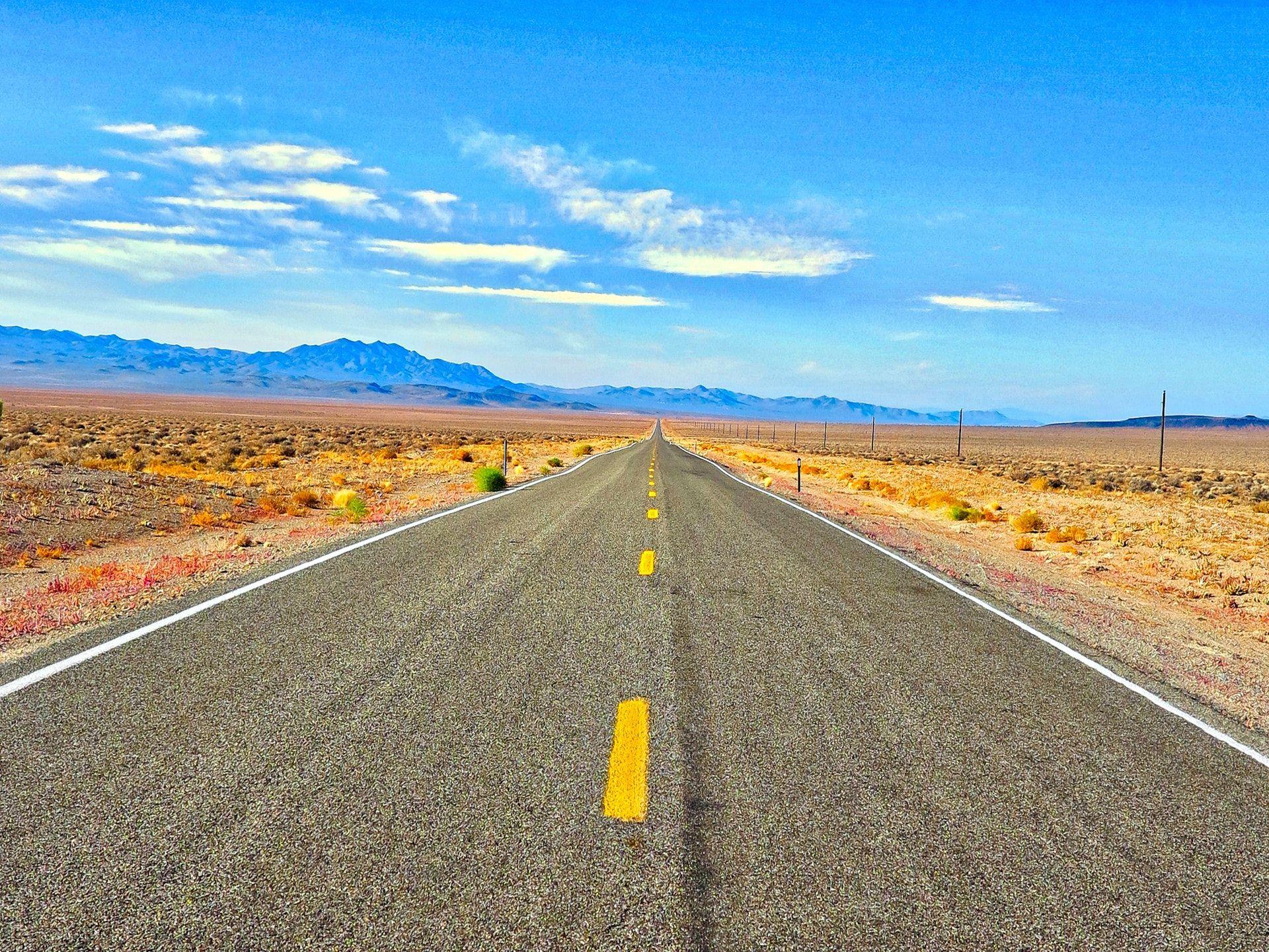 عکس زمینه جاده های بتنی خاکستری میان کویر پس زمینه