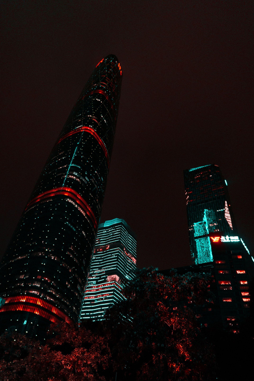 عکس زمینه برج های بلند در نور شب پس زمینه