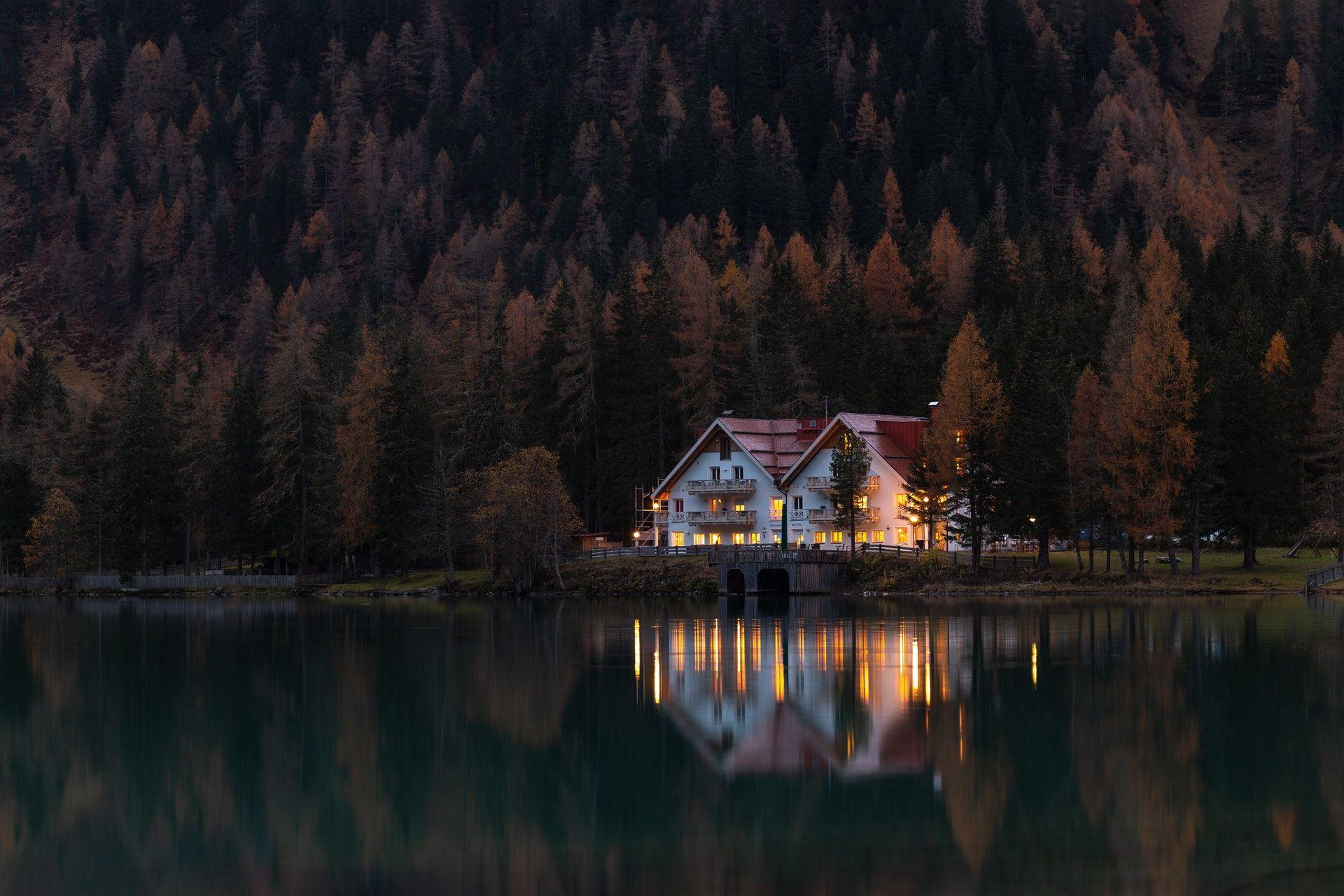 عکس زمینه خانه احاطه شده توسط ختان در شب پس زمینه
