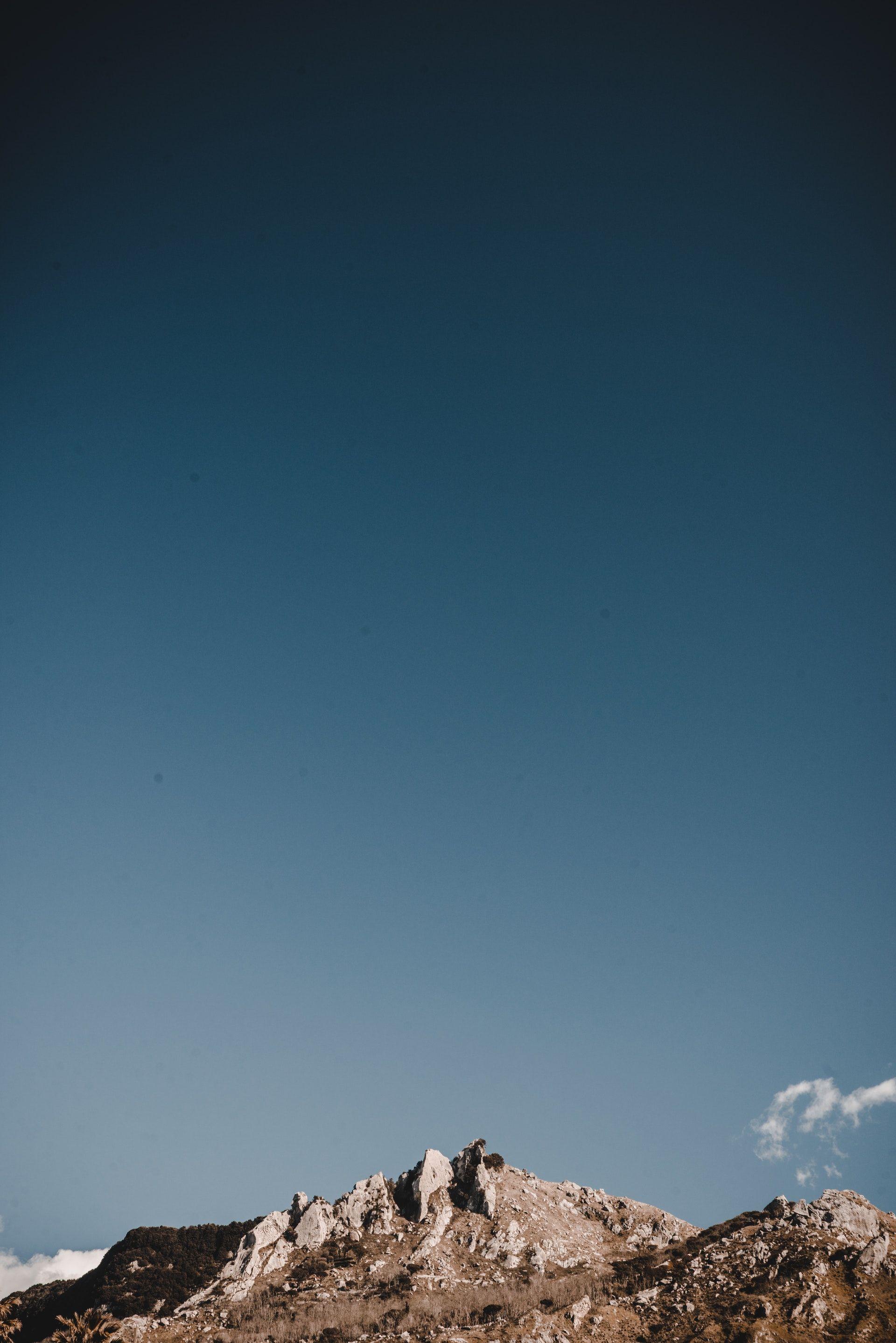 عکس زمینه کوه در آبی آسمان پس زمینه
