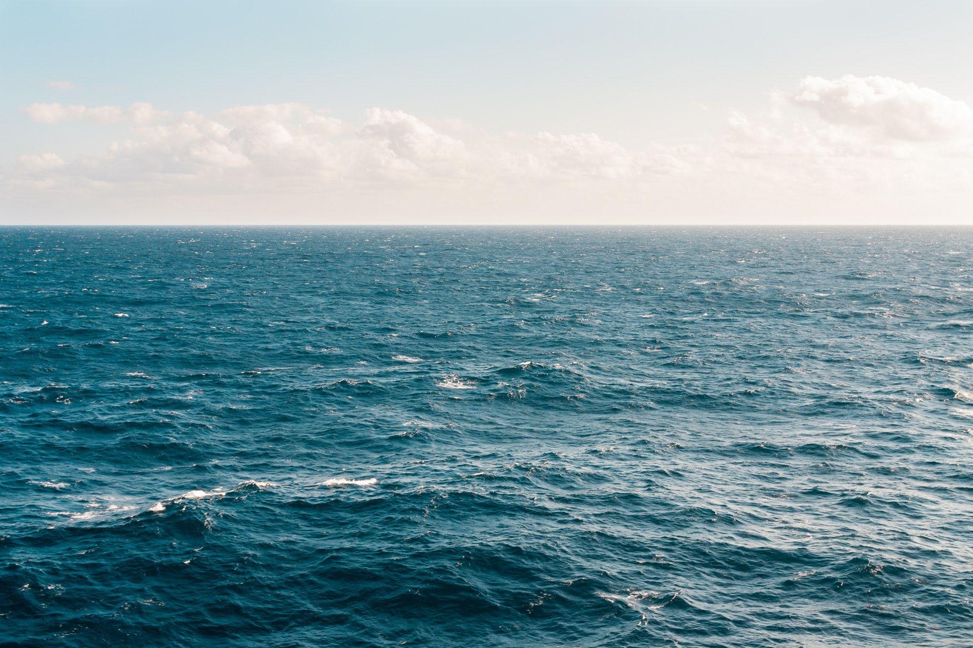 عکس زمینه چشم انداز آب دریا پس زمینه