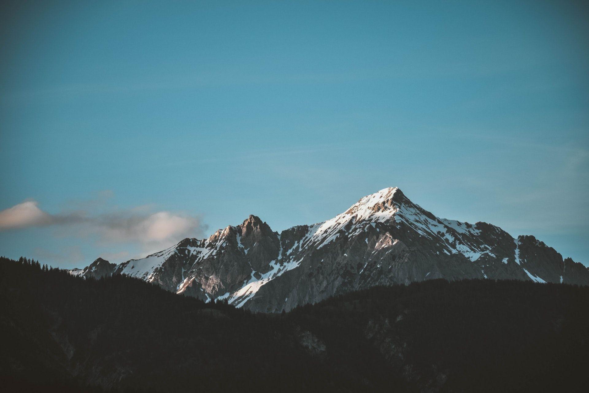 عکس زمینه برف روی قله کوه زیر آسمان پاک پس زمینه
