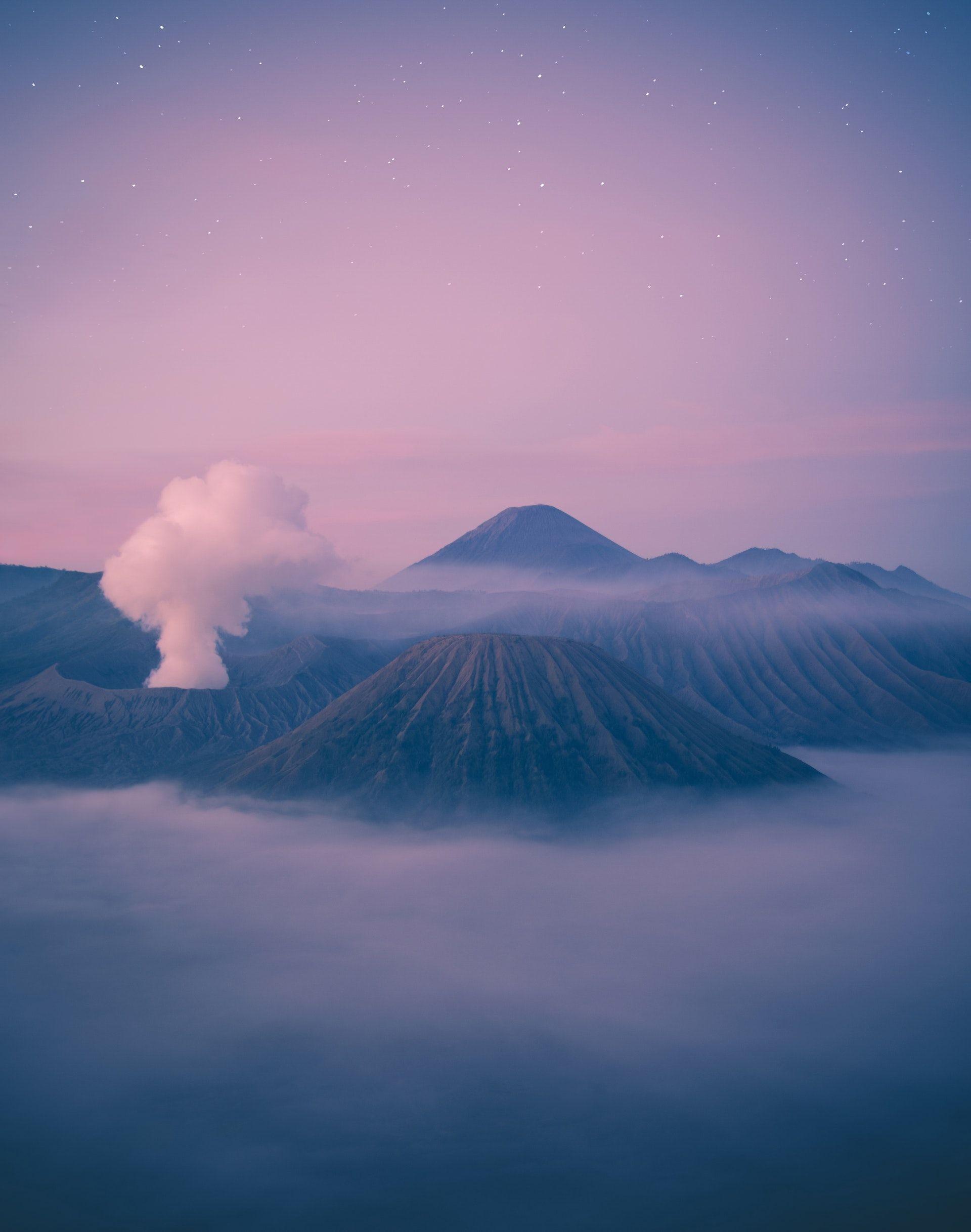 عکس زمینه کوه های آتشفشان پس زمینه