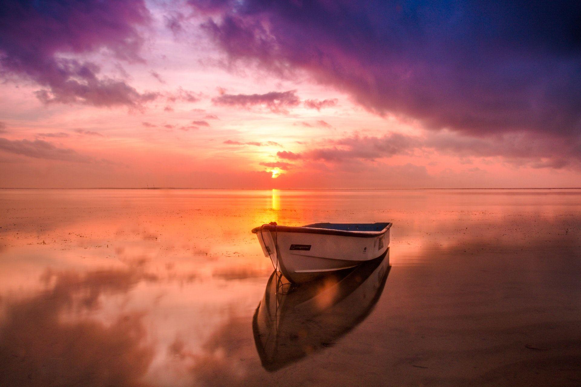 عکس زمینه قایق درآب و غذوب پس زمینه