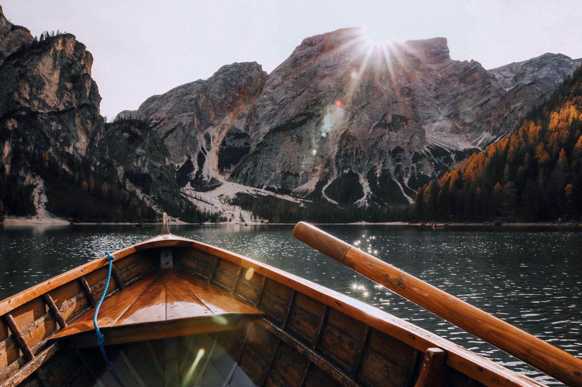 عکس زمینه سوار قایق چوبی پس زمینه