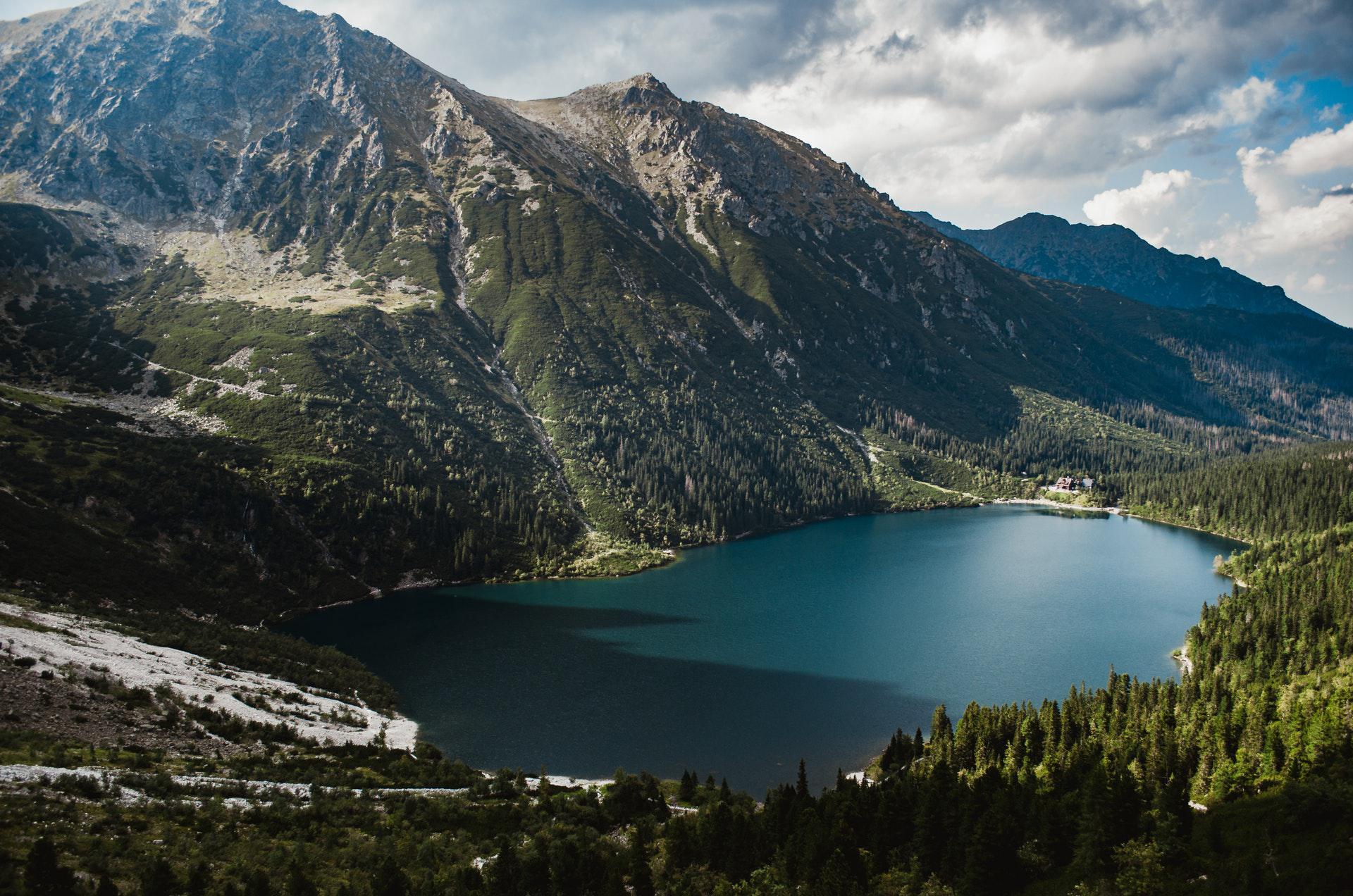 عکس زمینه منظره کوهستان و دریاچه زیر آسمان پس زمینه