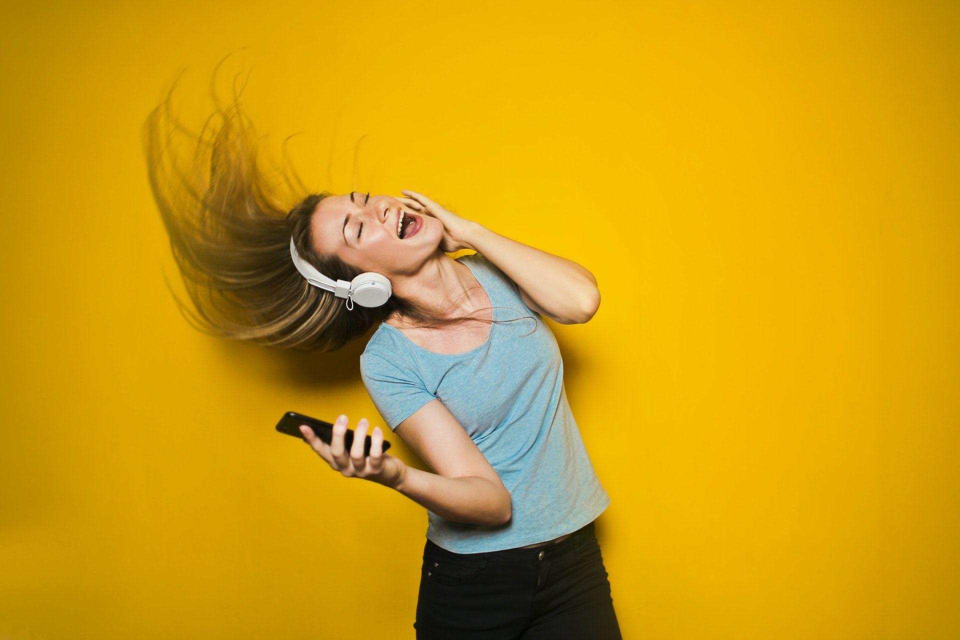 عکس زمینه گوش دادن به موسیقی پس زمینه