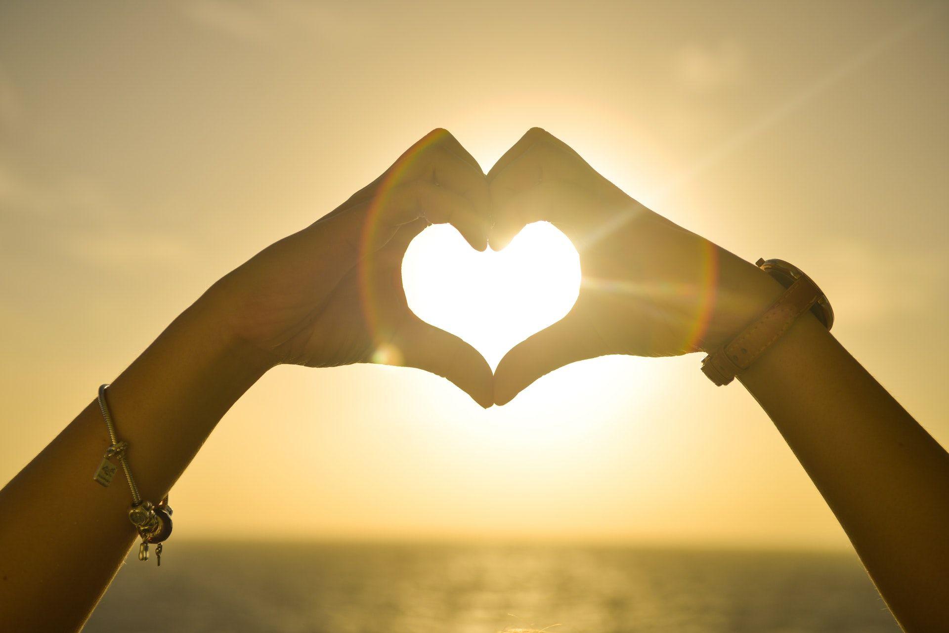 عکس زمینه قلب دو نفره و خورشید پس زمینه