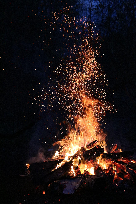 عکس زمینه شراره های آتش در شب پس زمینه