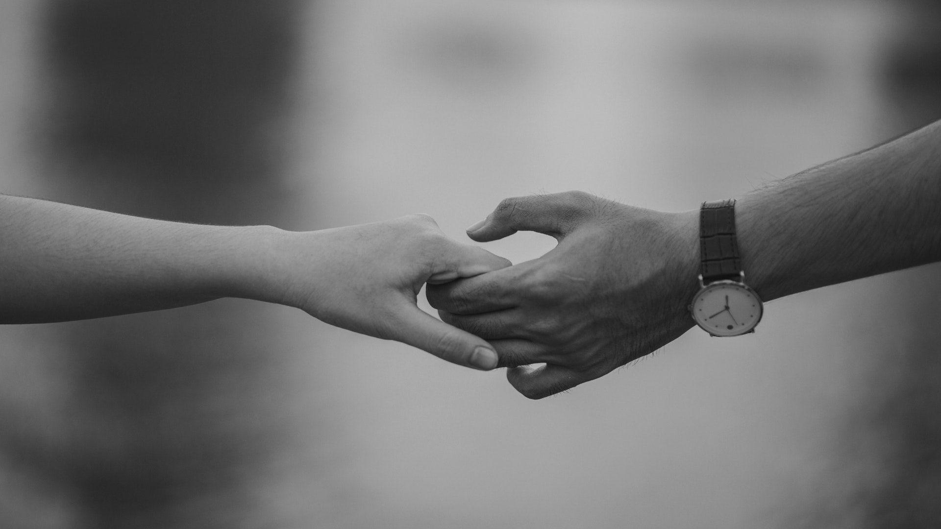 عکس زمینه دست در دست هم عاشقانه پس زمینه | والپیپر گرام