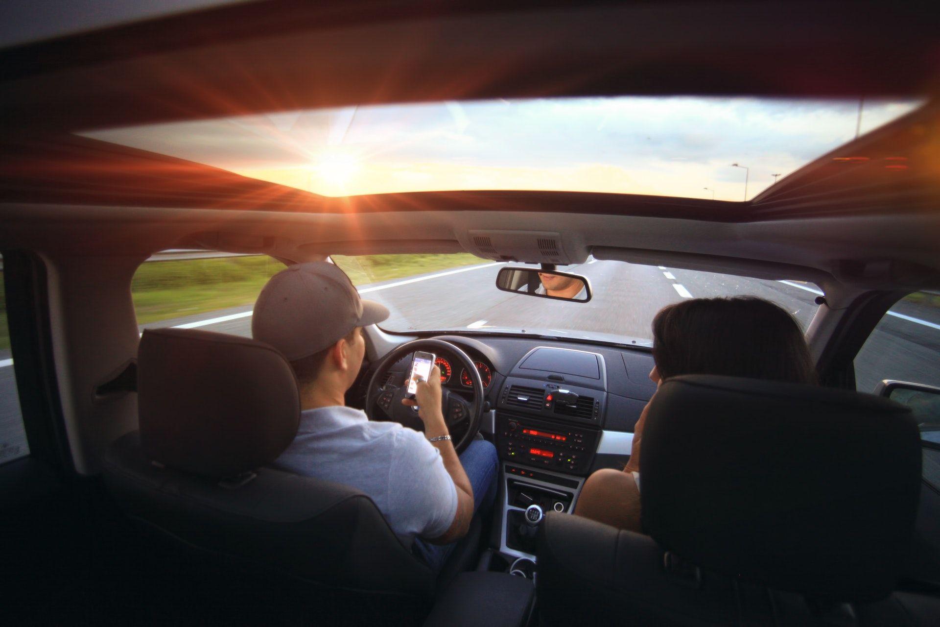 عکس زمینه تابش نور در نمای داخلی خودرو پس زمینه