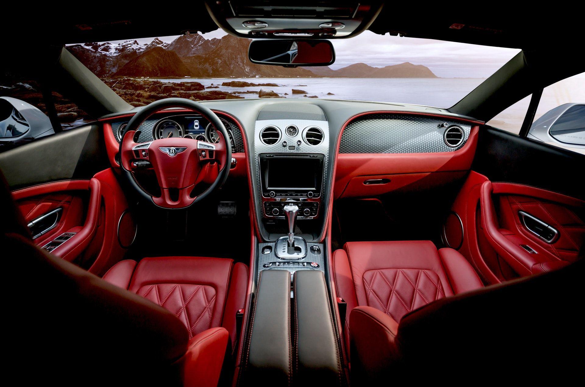 عکس زمینه نمای داخلی ماشین قرمز پس زمینه