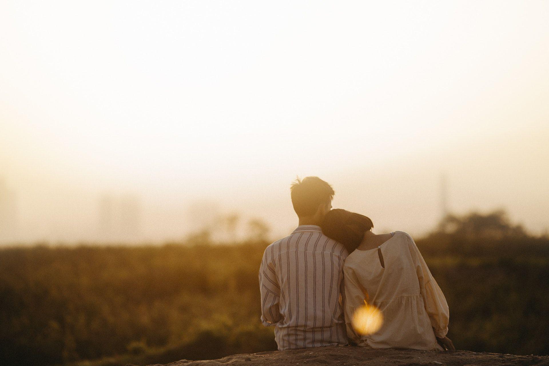 عکس زمینه زن و مرد عاشقانه در نزدیکی چمن پس زمینه