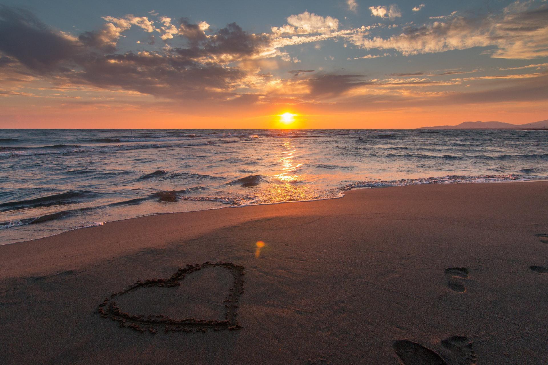 عکس زمینه غروب عاشقانه ساحل دریا پس زمینه