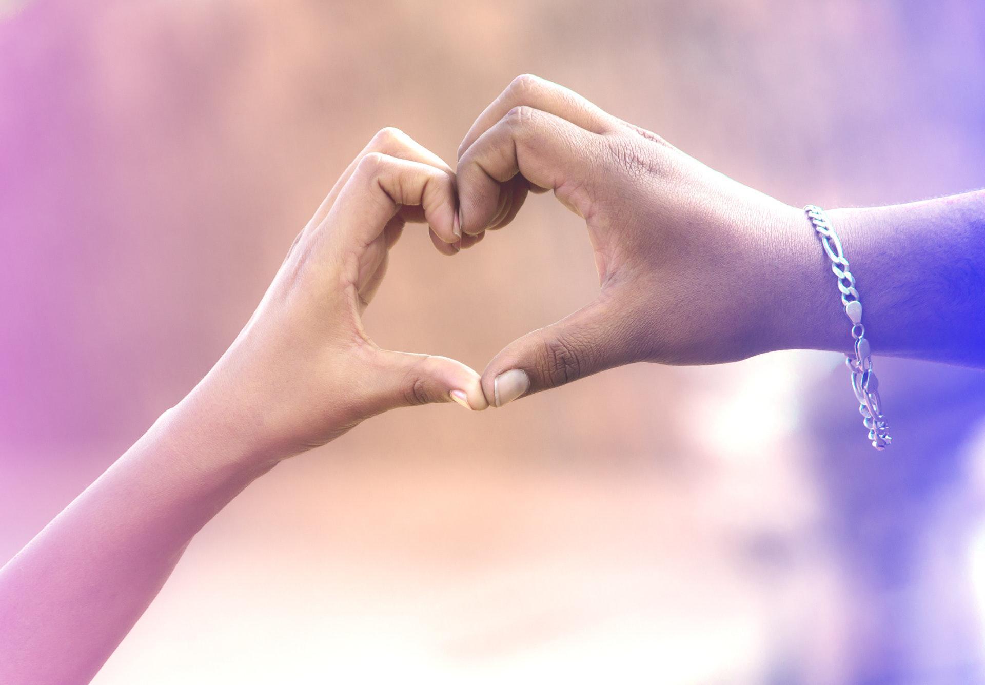 عکس زمینه قلب دست دو نفر پس زمینه