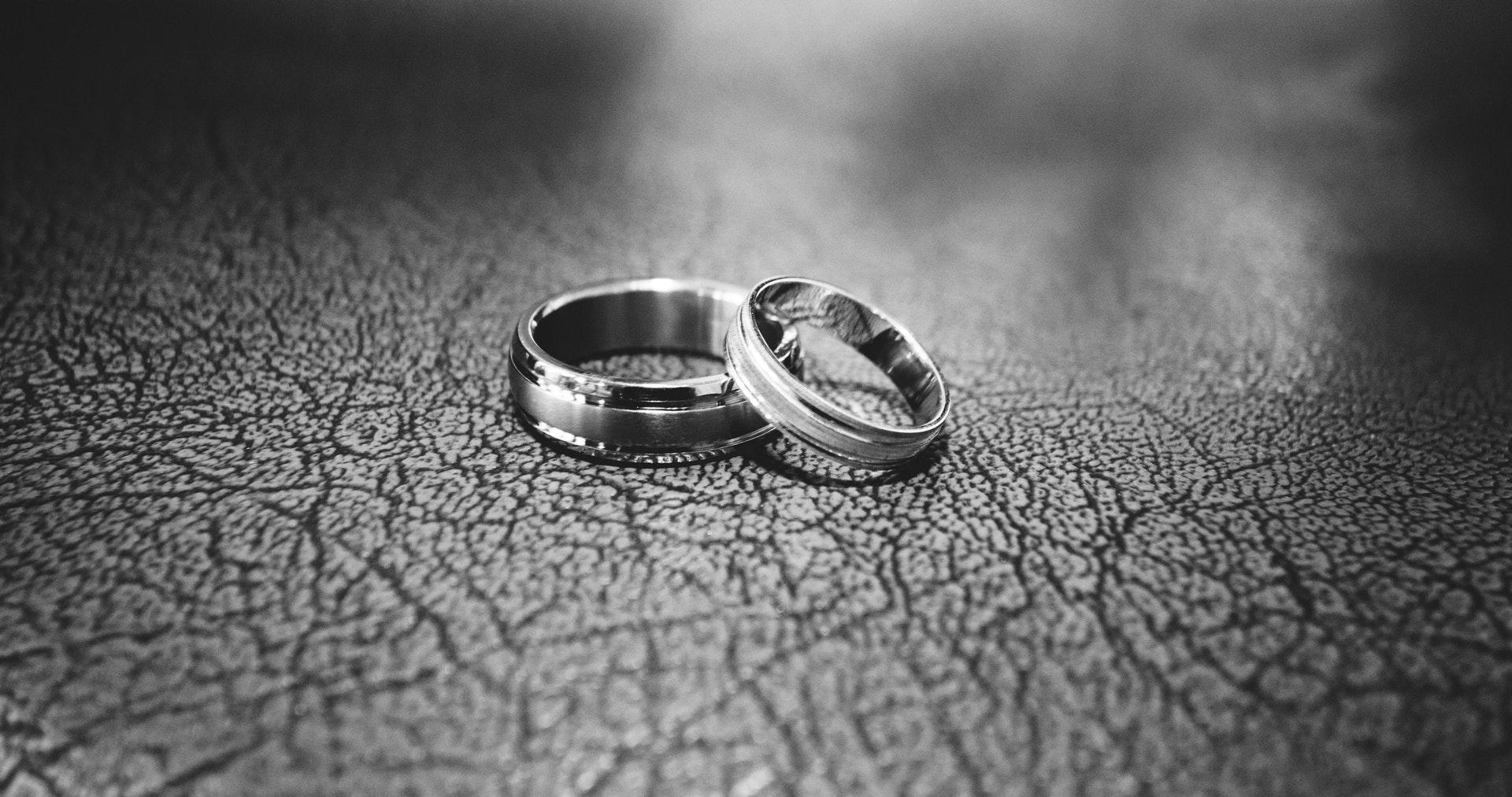 عکس زمینه حلقه های عروسی در کنار هم پس زمینه