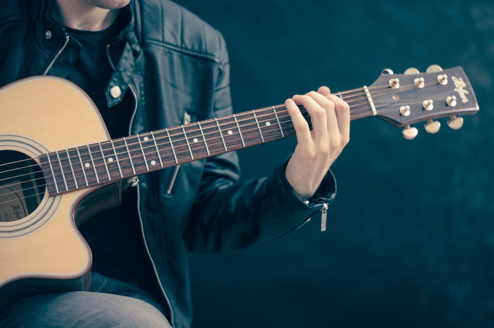 عکس زمینه نواختن گیتار پس زمینه