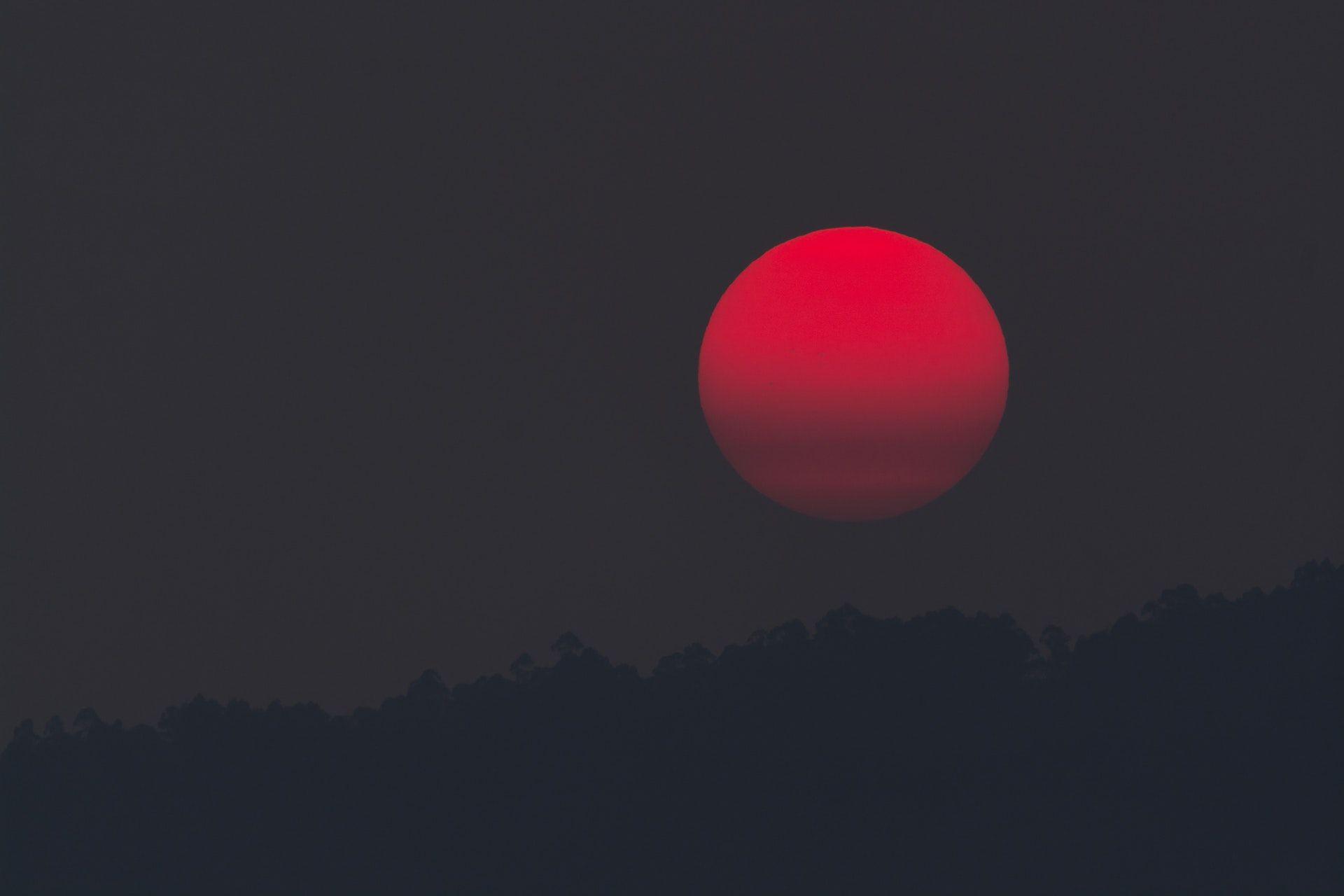 عکس زمینه ماه قرمز در طول شب پس زمینه