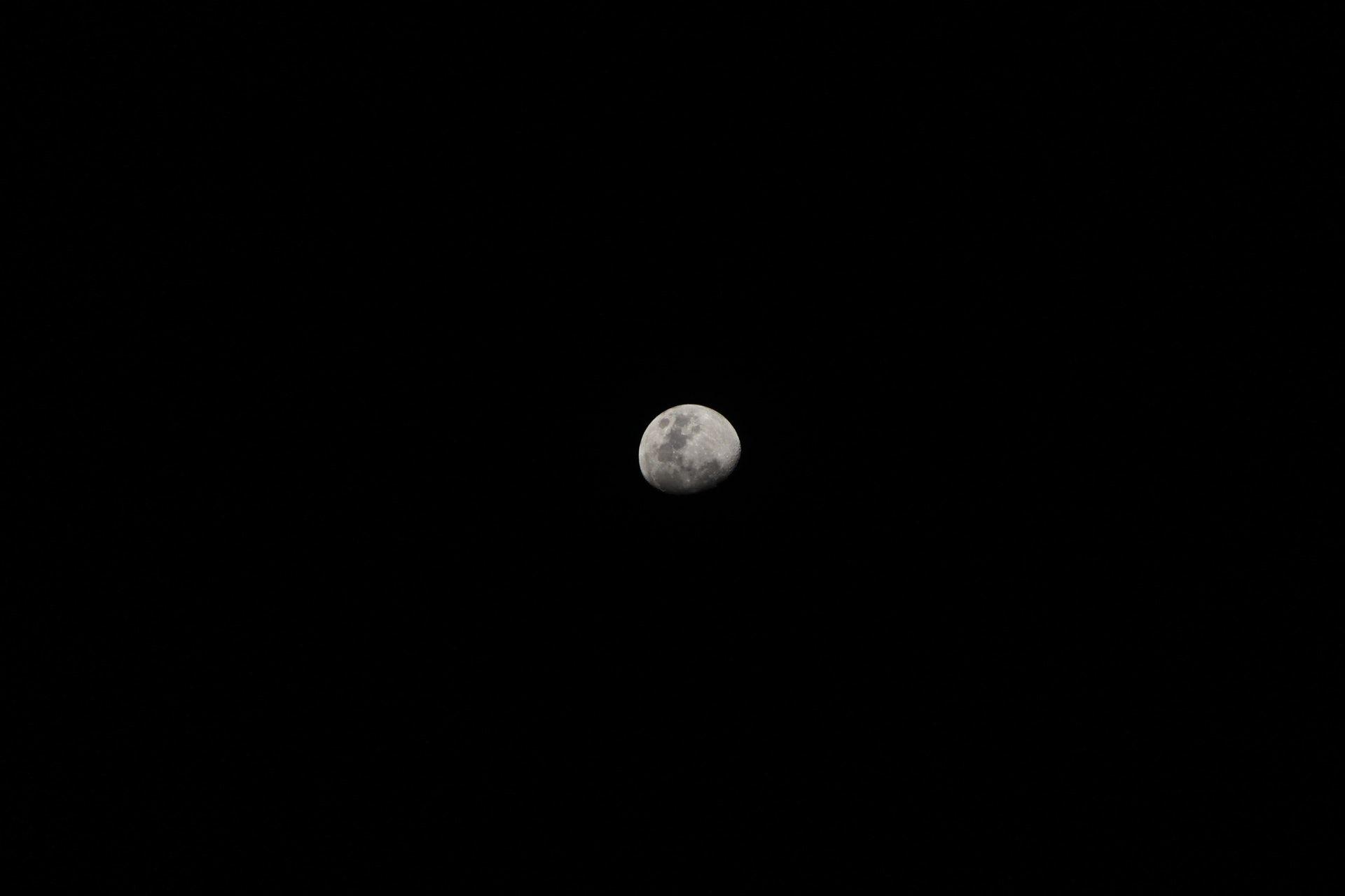 عکس زمینه سیاه و سفید از نیمه ماه پس زمینه