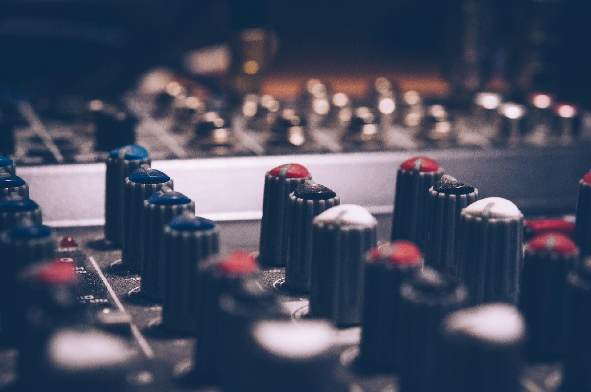 عکس زمینه اکولایزر صوتی ماکرو شات در استدیوی موسیقی پس زمینه