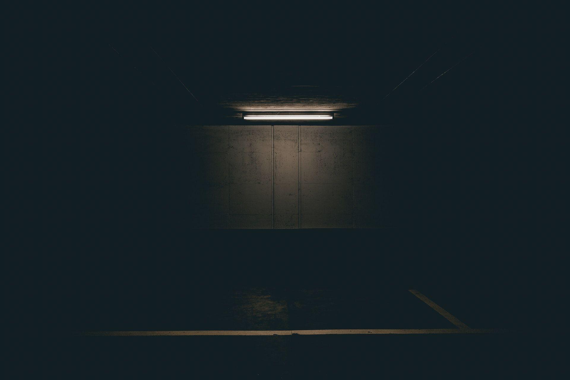 عکس زمینه لامپ فلورسنت در تاریکی پس زمینه