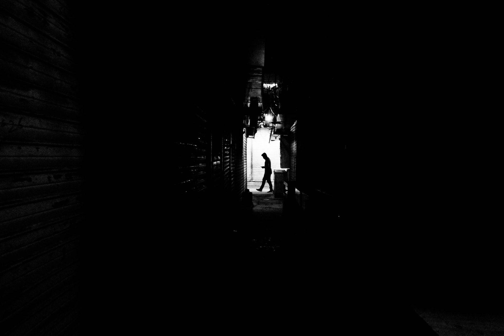 عکس زمینه سایه مشکی یک مرد پس زمینه