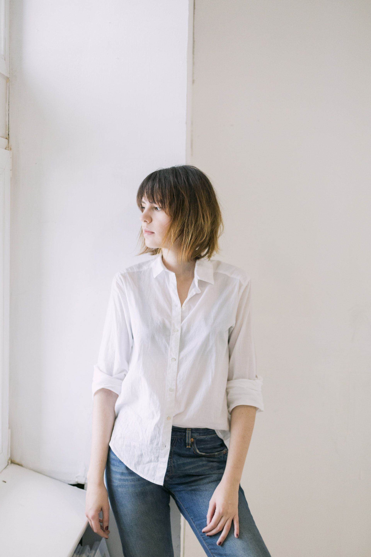 عکس زمینه پیراهن سفید و شلوار جین آبی پس زمینه