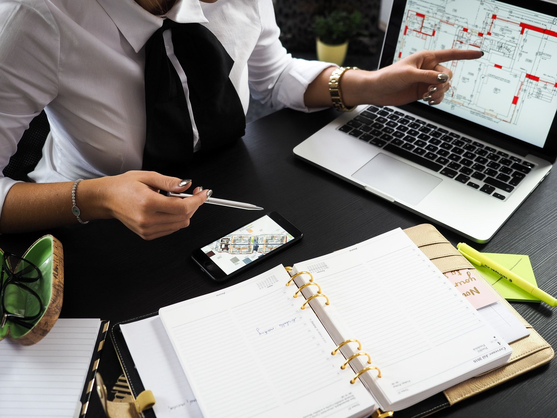 عکس زمینه میز کار لپ تاپ و دفترچه یادداشت پس زمینه