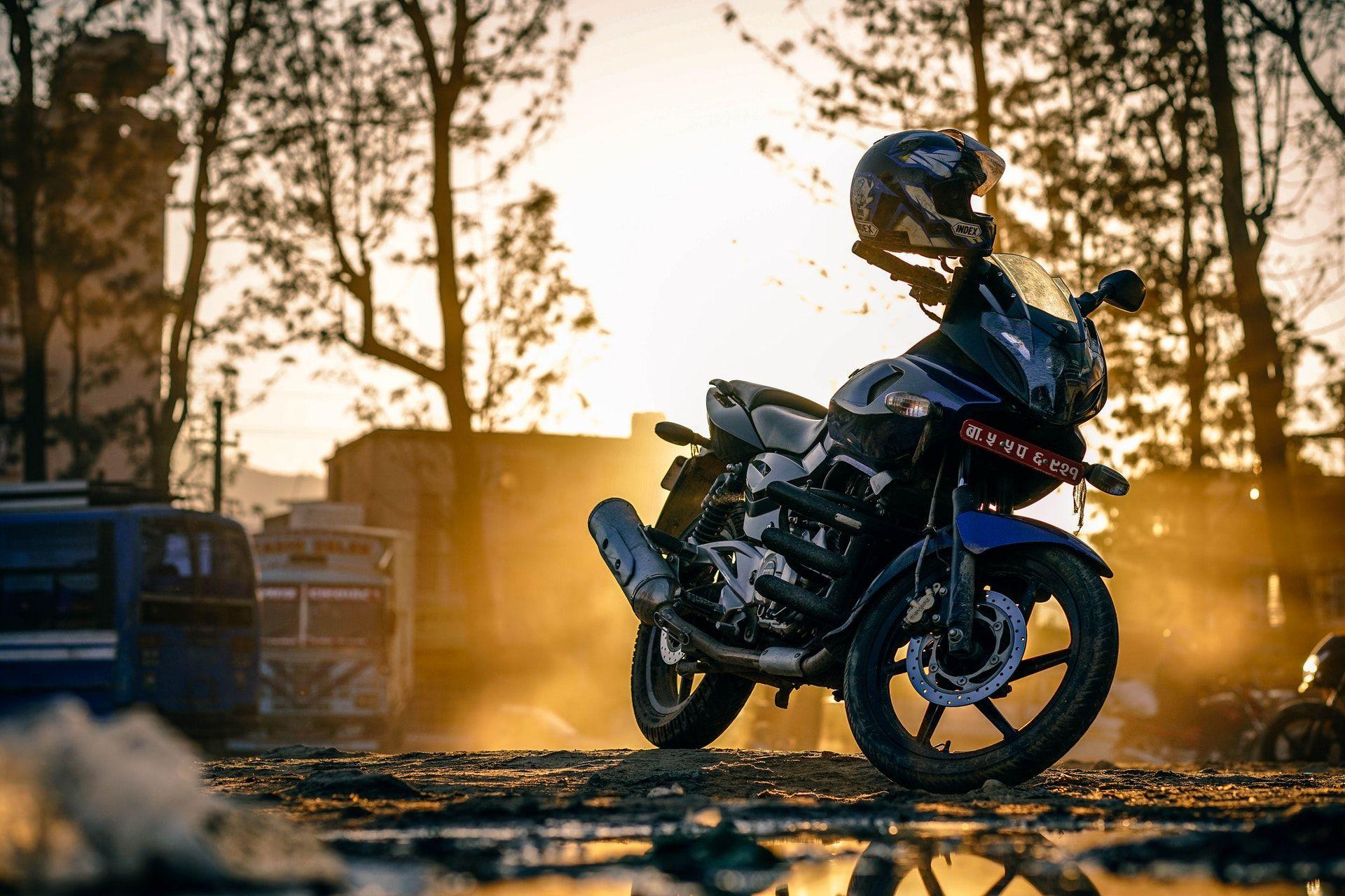 عکس زمینه موتور سیکلت در غروب پس زمینه