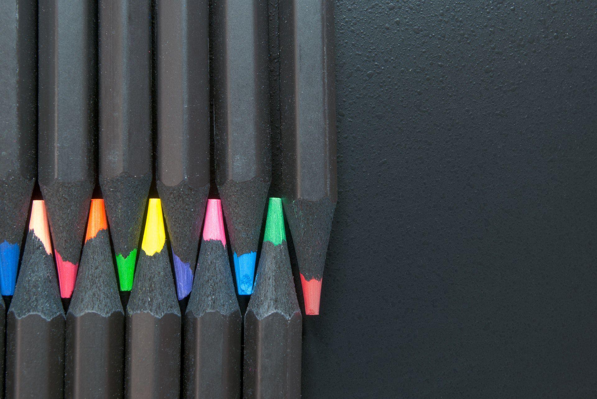 عکس زمینه مداد رنگی مشکی جالب پس زمینه