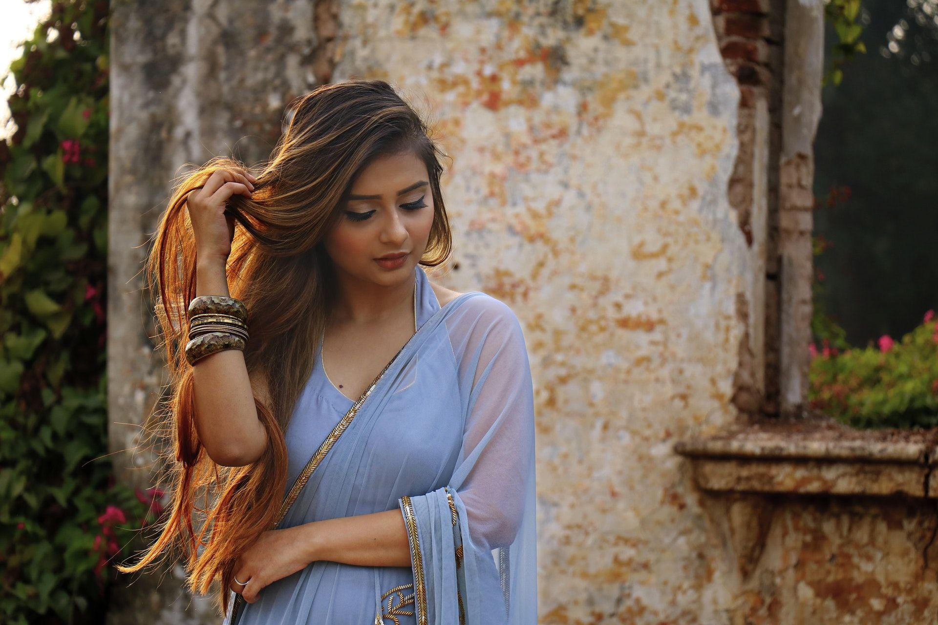 عکس زمینه دختر لباس آبی پس زمینه