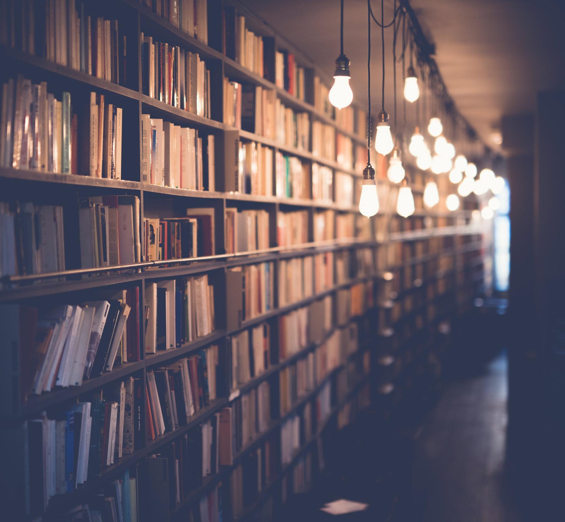 عکس زمینه کتابخانه بزرگ و نورانی پس زمینه