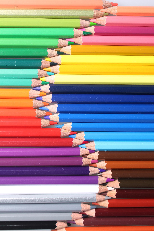 عکس زمینه مداد رنگی های رنگارنگ روبروی هم پس زمینه