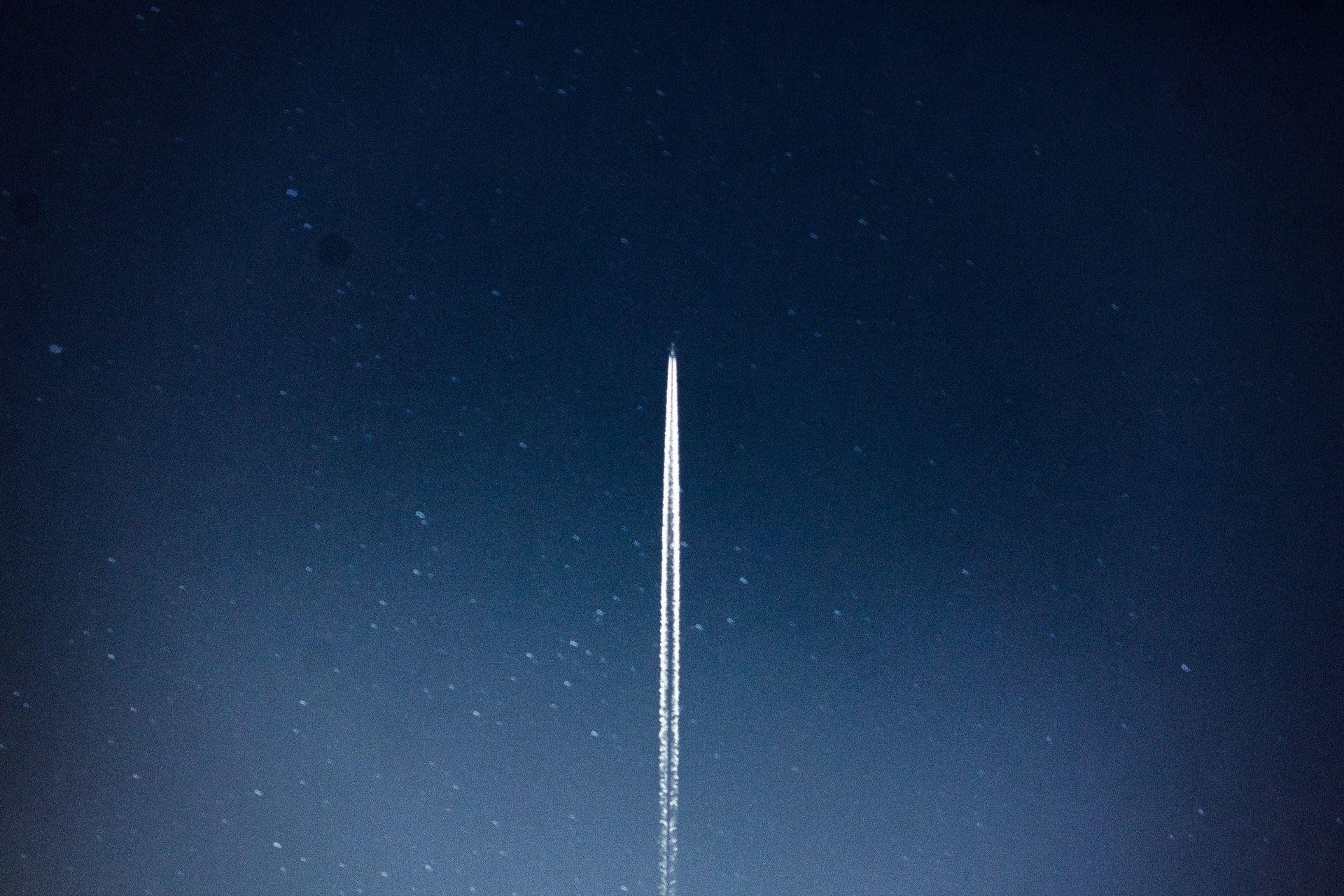عکس زمینه شاتل فضایی در شب پس زمینه