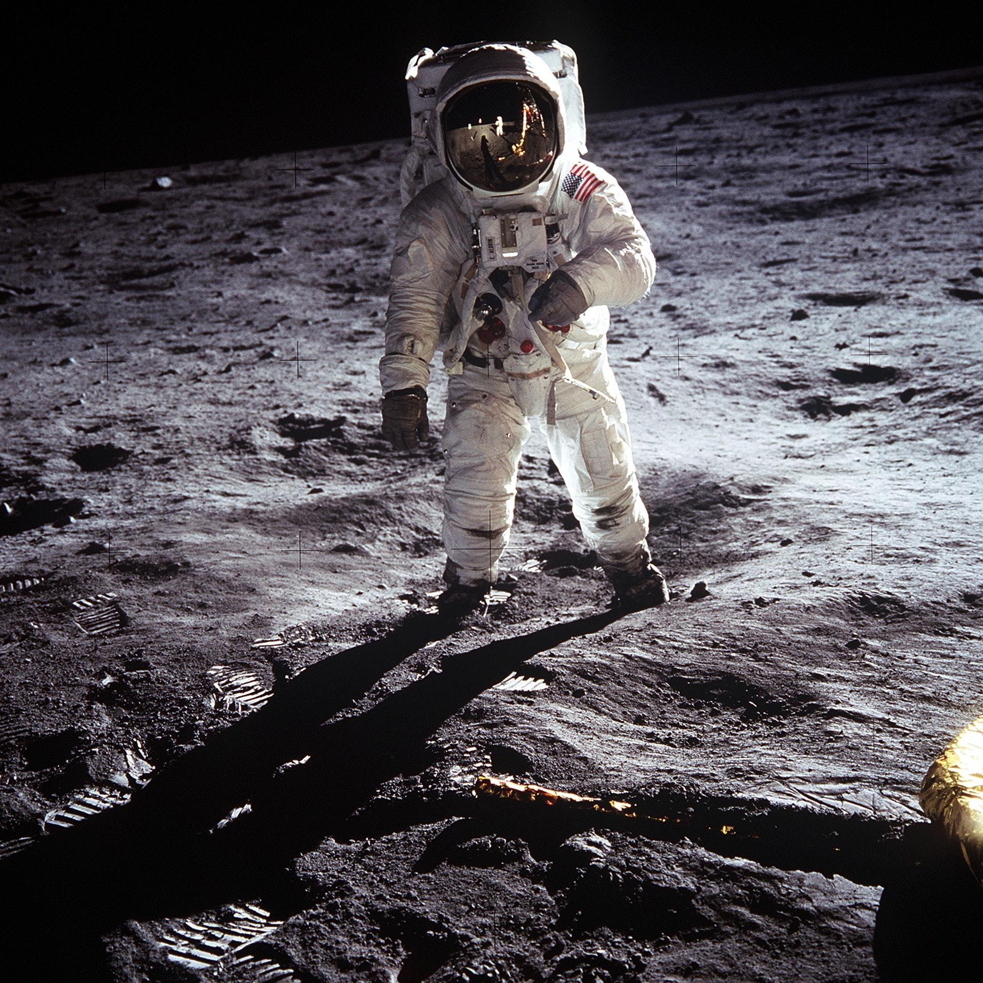 عکس زمینه فضانورد روی کره ماه پس زمینه