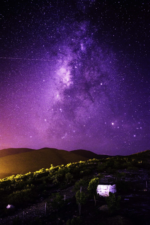 عکس زمینه آسمان شب بنفش در روستا پس زمینه
