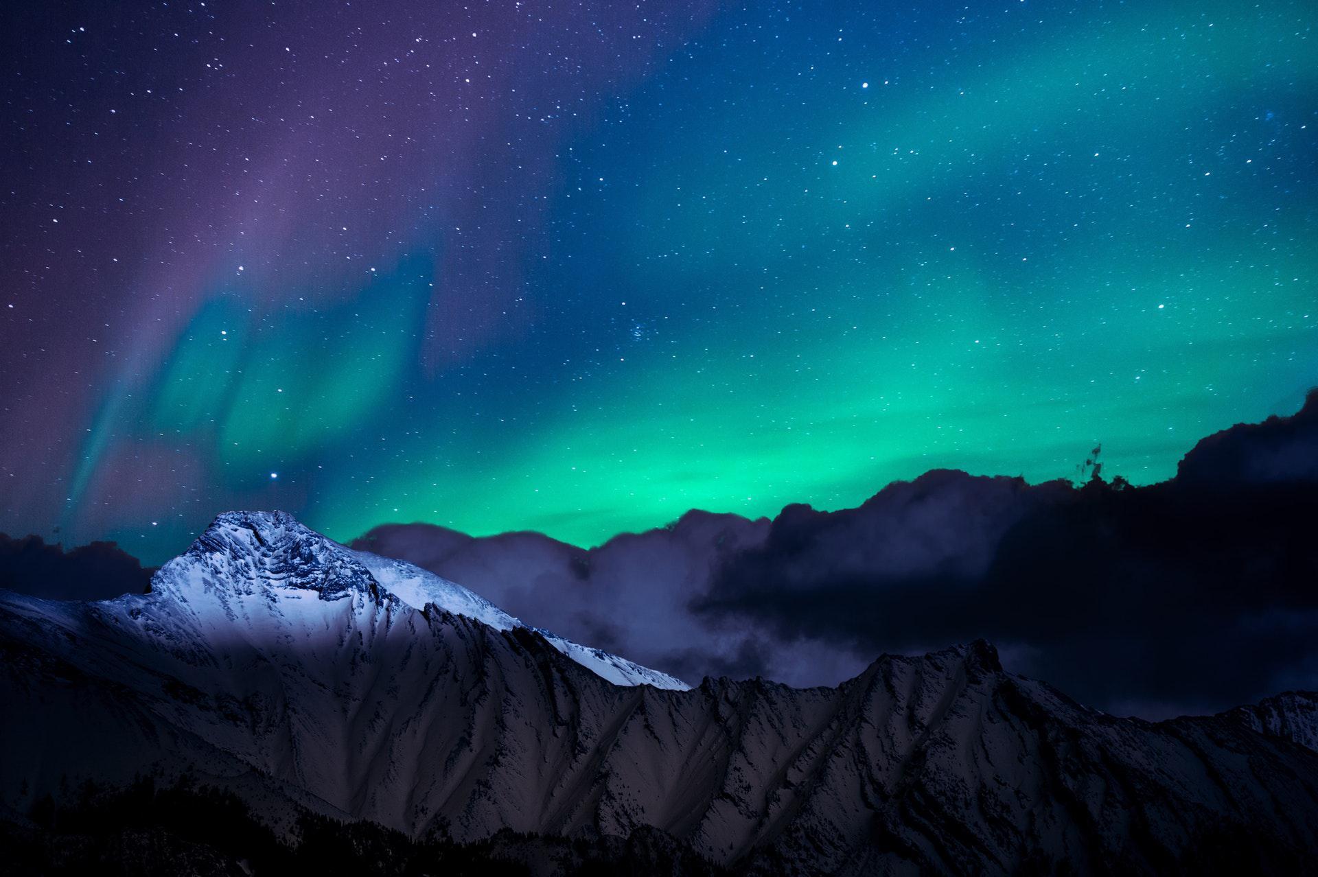 عکس زمینه منظره کوه با چراغ های قطبی پس زمینه
