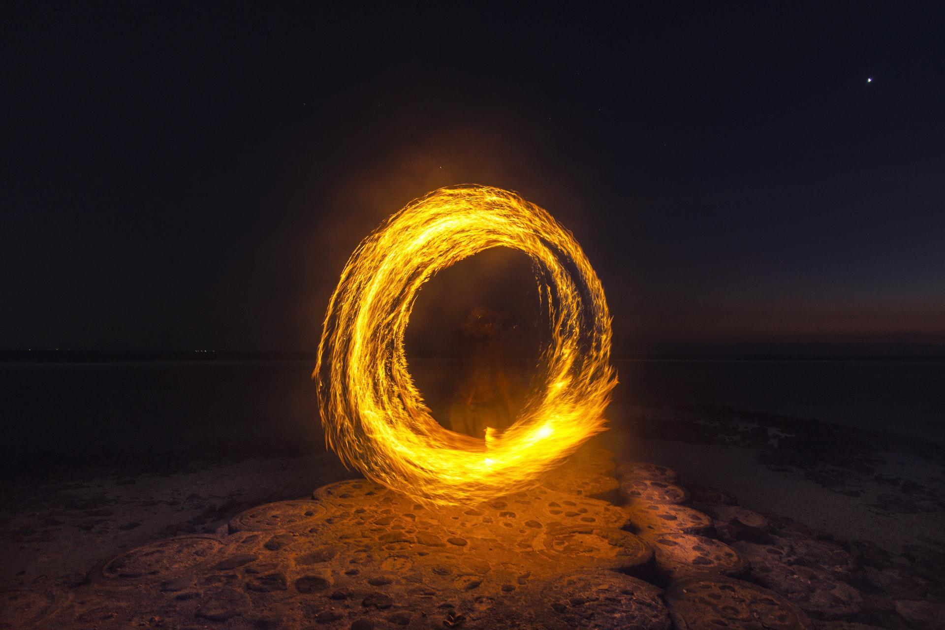 عکس زمینه حلقه آتش در صحرا پس زمینه