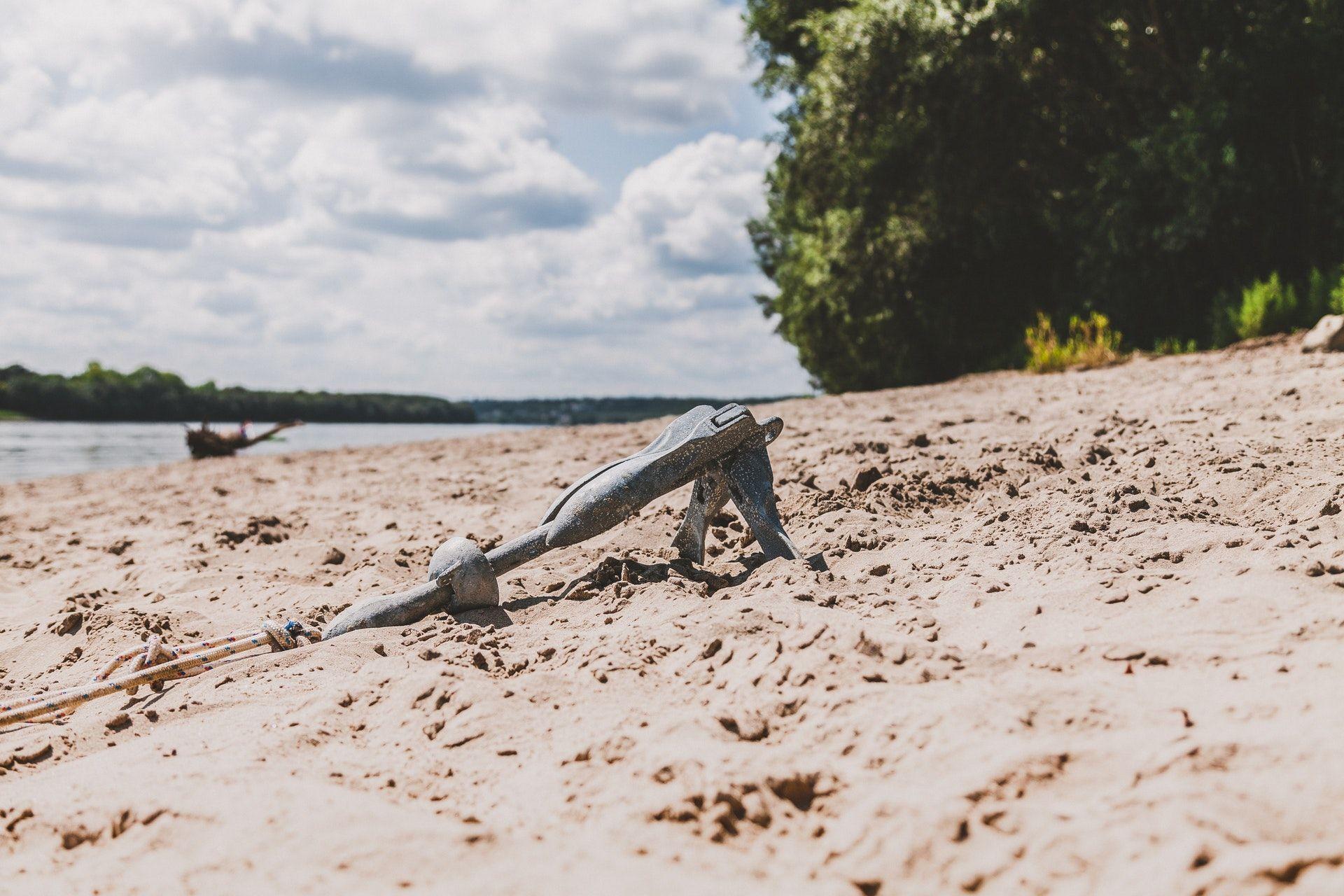 عکس زمینه لنگر در ساحل دریا پس زمینه