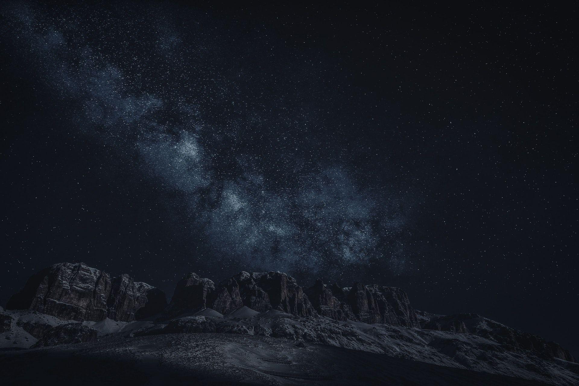 عکس زمینه کوه Canion در آسمان پر ستاره شب پس زمینه