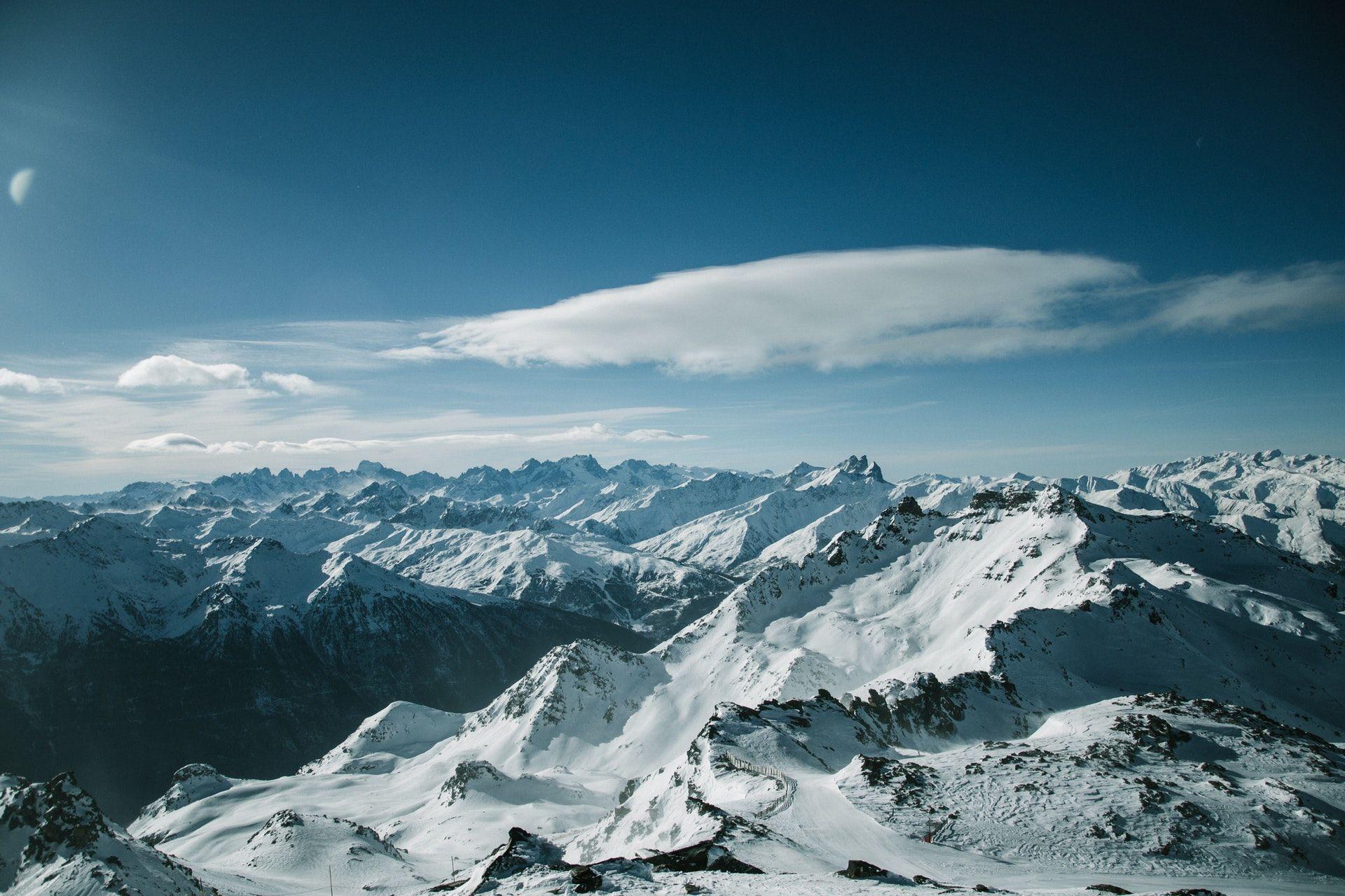 عکس زمینه رشته کوه های پوشیده از برف پس زمینه