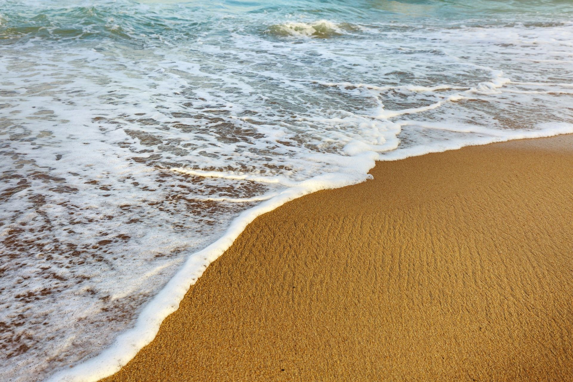 عکس زمینه موج سفید ساحل دریا پس زمینه