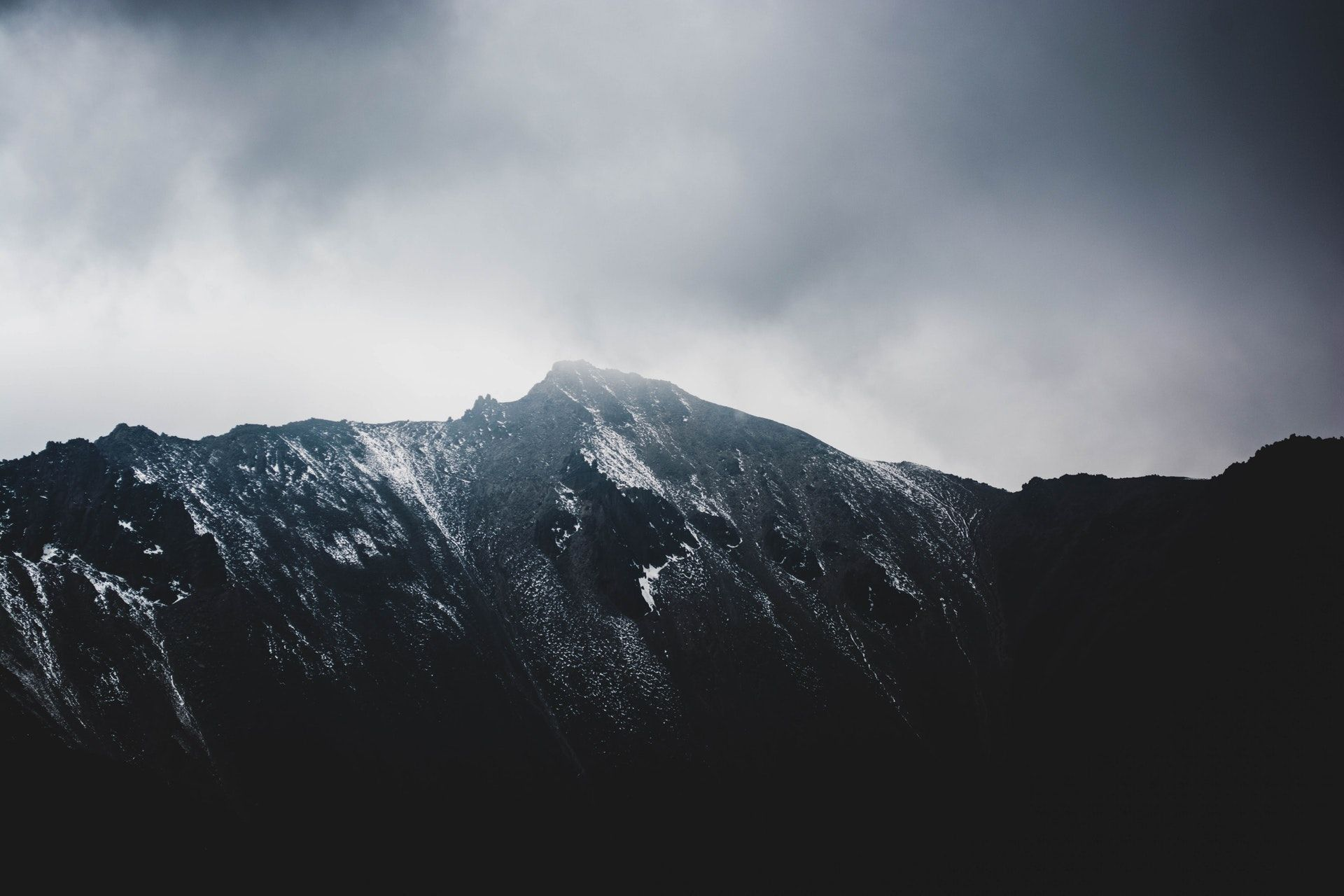 عکس زمینه کوه خاکستری در مه پس زمینه