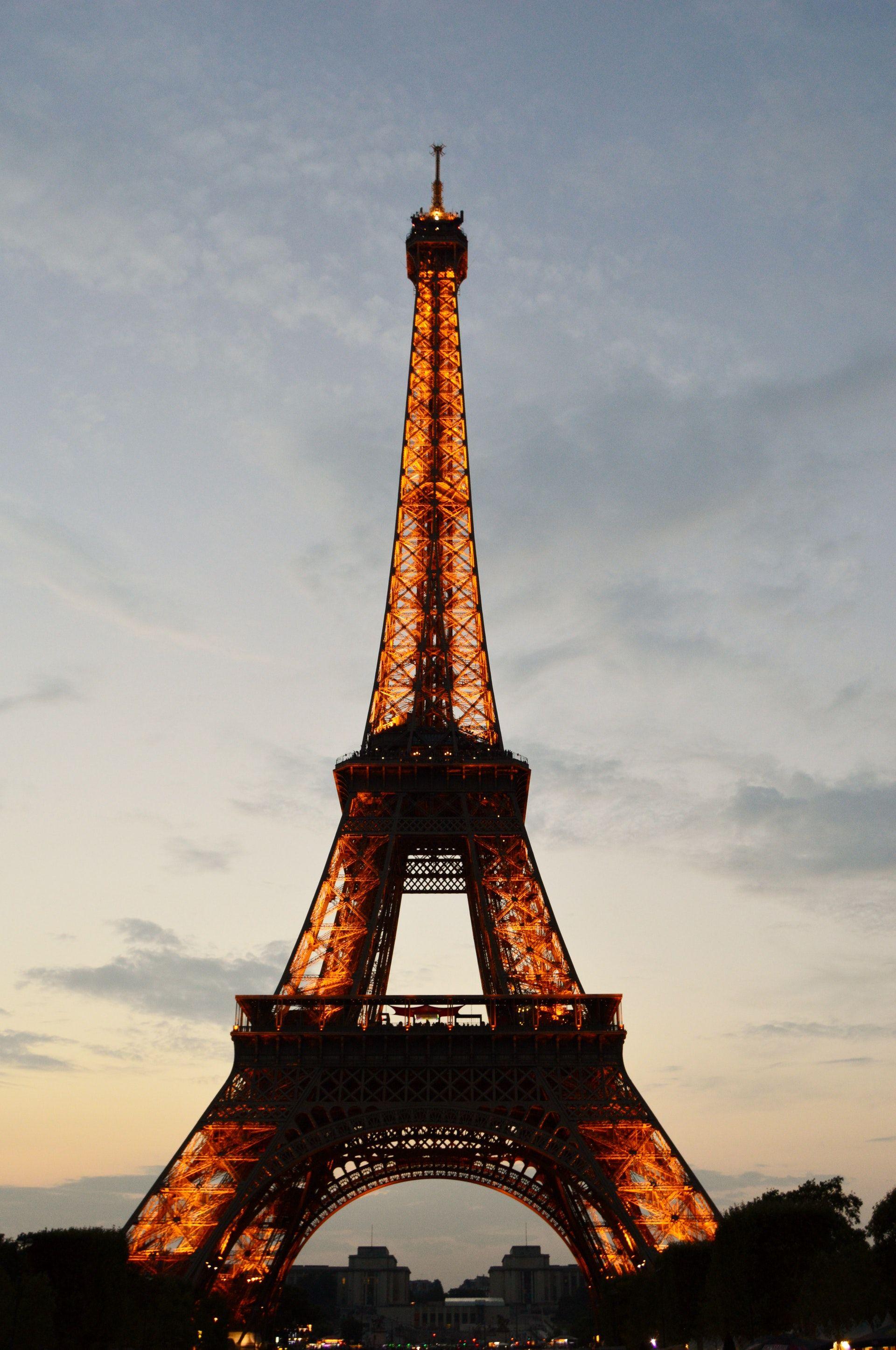عکس زمینه برج ایفل روشن در روز پس زمینه
