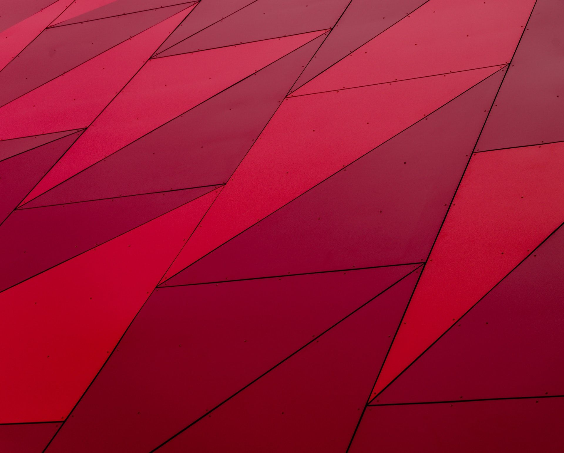 عکس زمینه طرح قرمز هندسی مثلثی پس زمینه