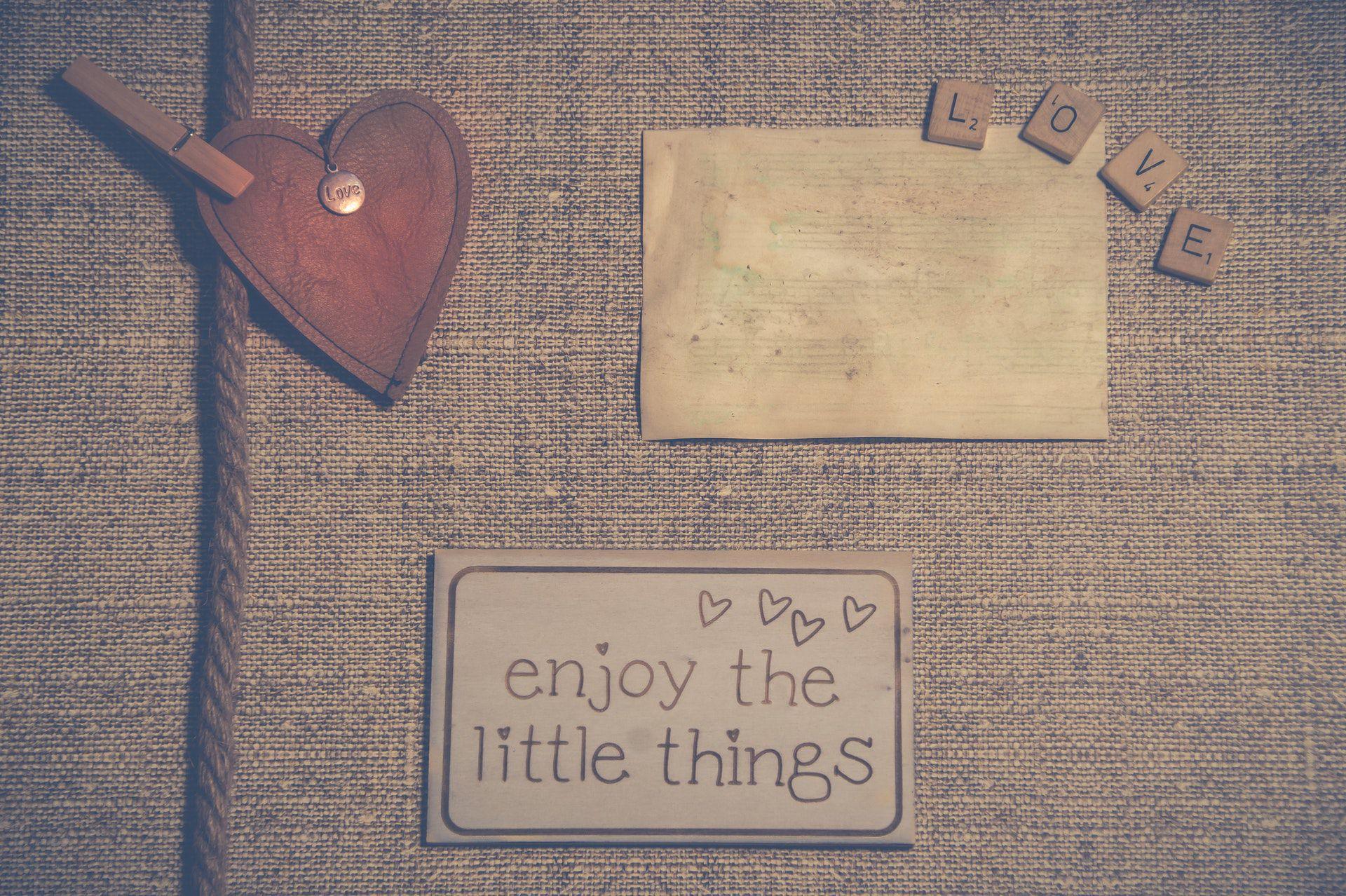 عکس زمینه انگلیسی از چیز های کوچک لذت ببر پس زمینه
