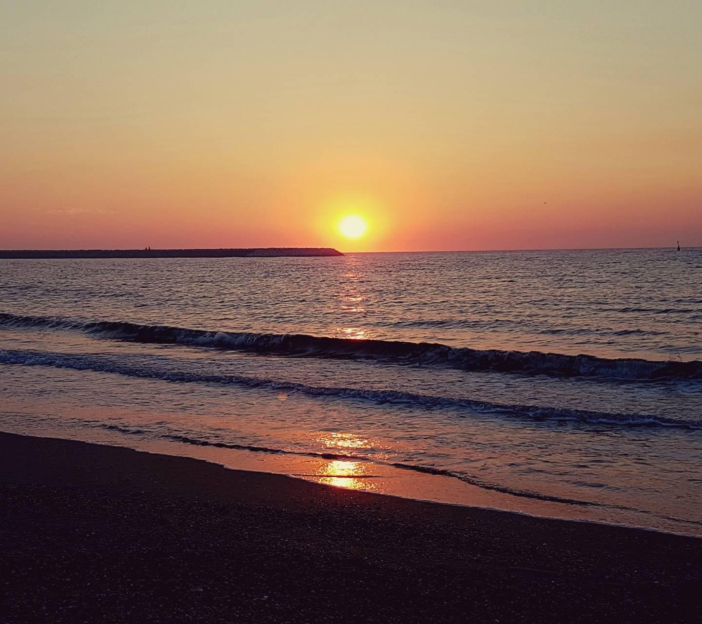 عکس زمینه طلوع خورشید دریا پس زمینه